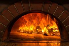 在烤箱的火木燃烧 免版税图库摄影