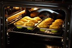 在烤箱的烘烤松饼 库存图片