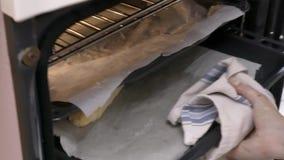 在烤箱的烤碎肉卷子 股票录像