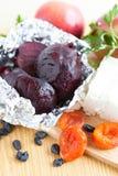 在烤箱的箔烘烤的甜菜根 免版税库存图片