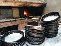 在烤箱的老被烧的盘子 免版税库存照片