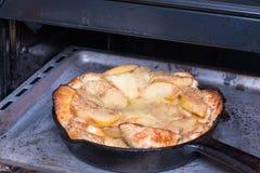在烤箱的荷兰薄煎饼 库存照片