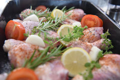 在烤箱的鸡晚餐的 库存图片