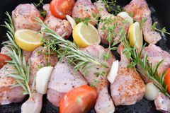 在烤箱的鸡晚餐的 免版税库存图片