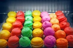 在烤箱的Macarons 免版税库存照片