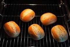 在烤箱的Rrolls 库存图片