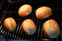 在烤箱的Rrolls 免版税库存照片