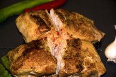 在烤箱红辣椒青椒黑背景木背景大蒜烘烤的肉 免版税库存图片