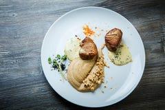 在烤肉两个鲜美片断的顶视图用纯汁浓汤和调味汁 库存图片