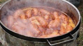 在烤肉板材的烘烤的可口水多的香肠 股票录像
