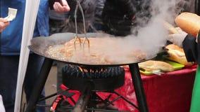 在烤肉板材的转动的可口水多的香肠有把柄的 影视素材