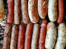在烤肉格栅和熏肉香肠烤的品种香肠 免版税库存照片