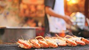 在烤肉格栅的可口烤虾 新亚洲街道中国镇海鲜概念 曼谷泰国 4k,慢 股票视频