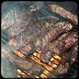 在烤肉格栅的挂衣架牛排 库存照片