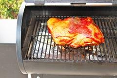 在烤肉格栅的肘 库存图片