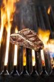 在烤肉的丁骨牛排 库存照片