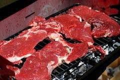 在烤肉的巨型牛排在庭院15里 图库摄影