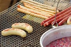 在烤肉的开胃可口油煎的肉法兰克福香肠烤户外 免版税库存照片