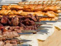 在烤肉的开胃可口油煎的肉烤户外 图库摄影