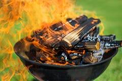 在烤肉的木柴 免版税库存图片