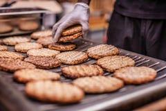 在烤肉的汉堡 免版税库存照片