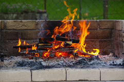 在烤肉的火焰烤与全部木炭 库存图片