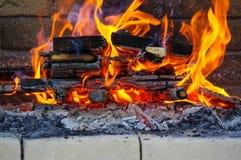 在烤肉的火焰烤与全部木炭 图库摄影