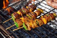 在烤肉的牛肉kebabs 图库摄影