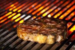在烤肉的水多的牛排 免版税库存图片