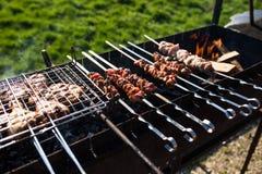在烤肉被烤的一些肉串特写镜头  户外 免版税库存图片