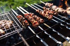 在烤肉被烤的一些肉串特写镜头  户外 免版税库存照片