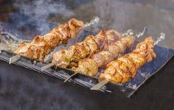 在烤肉被烤的一些肉串特写镜头  免版税库存照片