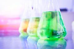 在烧杯的绿色化学制品 库存照片