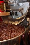 在烧烤机器的咖啡豆过程 免版税库存照片