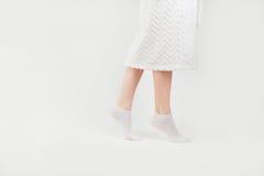 在热切走的袜子的苗条美好的女性腿,侧视图,隔绝在白色背景 免版税库存图片