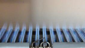 在热化锅炉,从火花的气体点燃并且烧蓝色到羽毛 股票录像