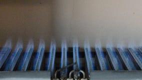 在热化锅炉,从火花的气体点燃并且烧蓝色到羽毛 股票视频