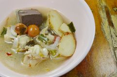 在热和辣汤姆汤的煮沸的鸡在碗 库存图片