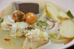 在热和辣汤姆汤的煮沸的鸡在碗 免版税库存照片