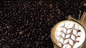 在热奶咖啡咖啡的艺术 图库摄影
