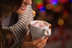 在热巧克力的特写镜头在手中妇女 免版税库存图片