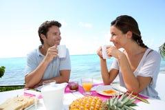 在热带下的蜜月早餐 免版税库存照片