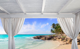 在热带加勒比海滩的眺望台白色 库存图片