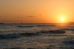 在热带和平的日落的海洋 免版税库存照片