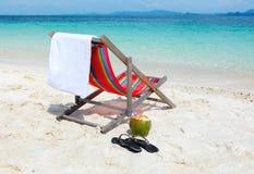 在热带夏天海滩的海滩睡椅 库存照片