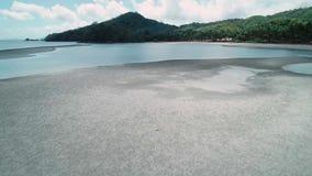 在热带天堂绿松石海滩的空中寄生虫飞行与棕榈树 El Nido,菲律宾 股票视频