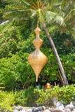 在热带室外咖啡馆的竹小雕象装饰 库存照片