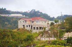在热带小山的石豪宅 免版税库存照片