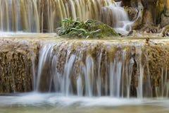 在热带小河瀑布的一点树,自然风景背景 库存图片