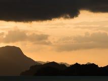 在热带山的橙色日落天空 库存照片